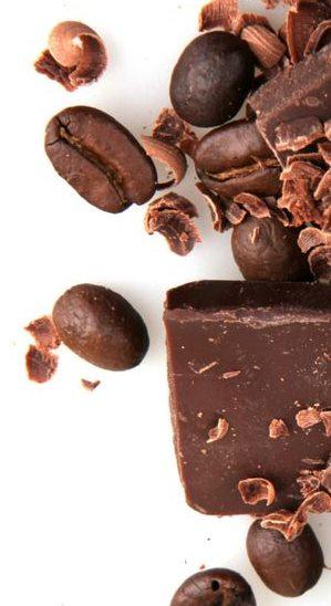 Фото шоколадных капель, какао и кофе бобов