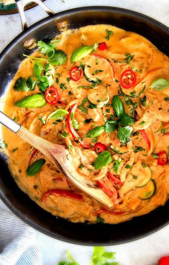 Блюдо тушеное на сковороде с добавлением базилика, томатов, паприки и смеси карри Индийской