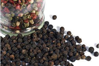 Горошинки черного перца - отдельная приправа и составляющая смесей