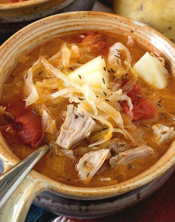 Капустно-картофельный красный суп с мясом и специй тмин