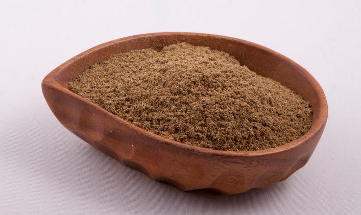 Дробленный кориандр в тарелке из глины
