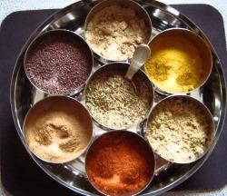 Разноцветные смеси специй для приготовления мяса карри