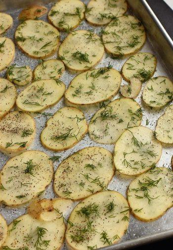 Печенные в  духовке слайсы картофеля на фольге с укропом