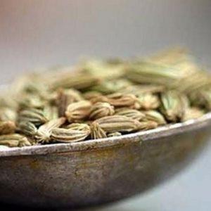 Сухие зерна фенхеля на тарелочке от интернет-магазина специй