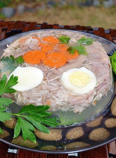 Заливное блюдо из куриного филе, овощей и яиц с желатином