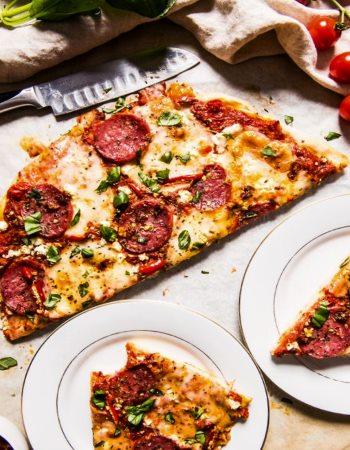 Пицца с томатами посыпанная вкусными и аппетитными специями
