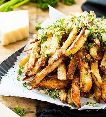 Блюдо во фритюрнице со смесью специй для картофеля и зеленью