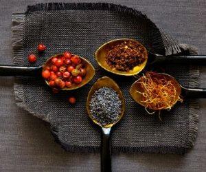 Свежие специи: кориандр, шафран, перец и ягоды Годжи на кухне
