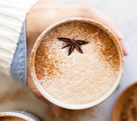 Ломаный бадьян (часть звездочки) в напитке из кофе и молока