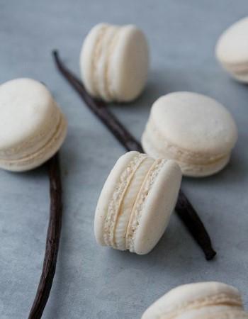 Ванильные стручки применяют для ароматизации десертов (макарун)