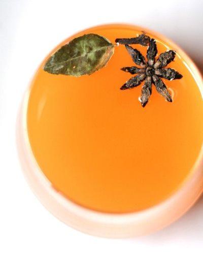 Морковный напиток со звездочками Бадьяна